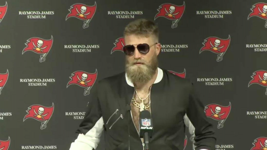 Ryan Fitzpatrick looks like Conner McGregor's alcoholic older brother.
